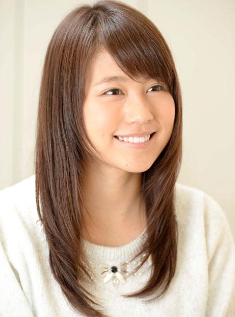 有村架純さんの髪型(ヘアスタイル)でもっとも特徴的な共通点は、顔周りからしっかりと入れられたレイヤーカットです。