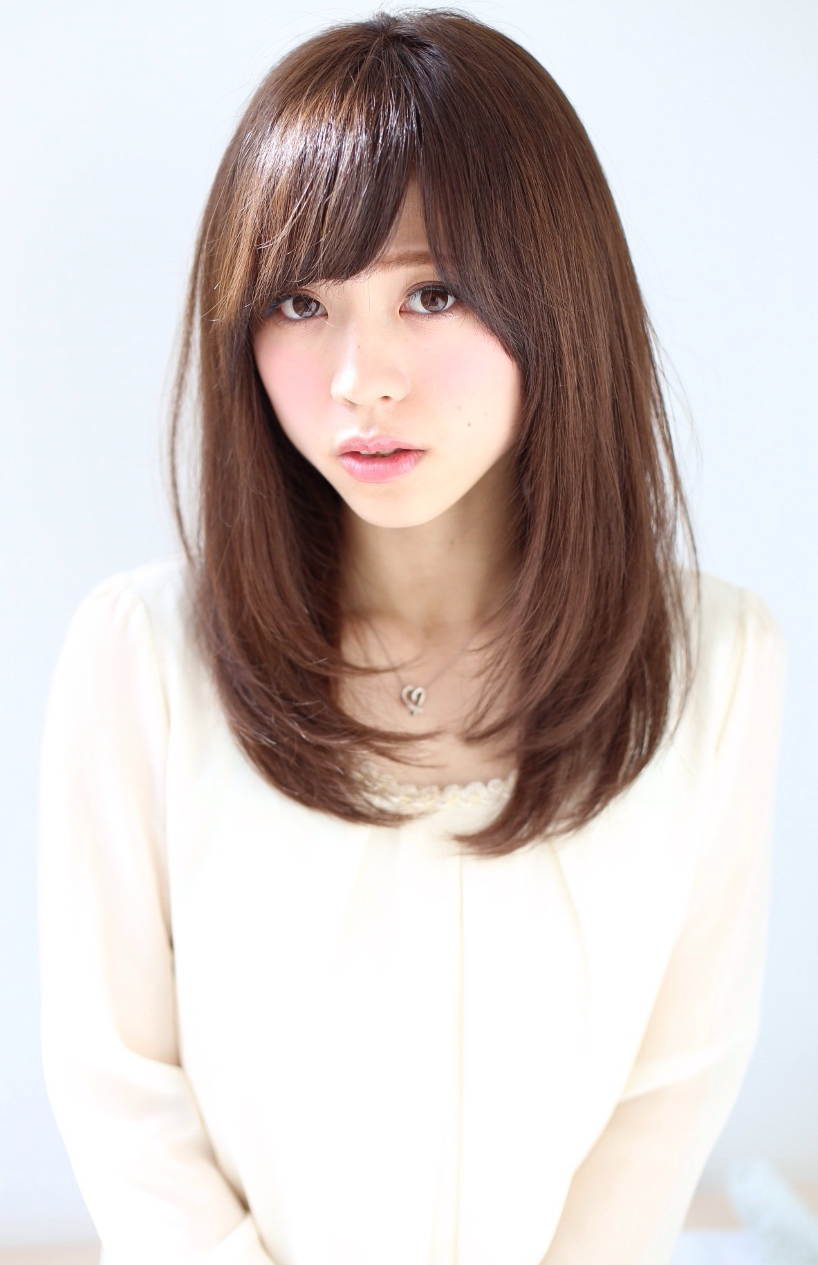 この髪型(ヘアスタイル)は、あえて少し明るいカラーにしたほうがやわらかい女性らしい印象になってステキですよ♪