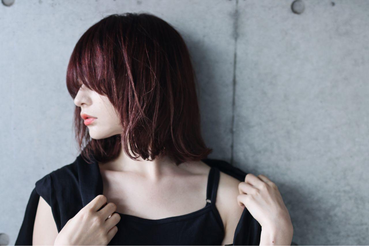 引用:https//d23ci79vtjegw9.cloudfront.net/. 普段のファッションがモード系を好むなら、モード系のミディアムストレートの髪型(ヘアスタイル)がオススメ。