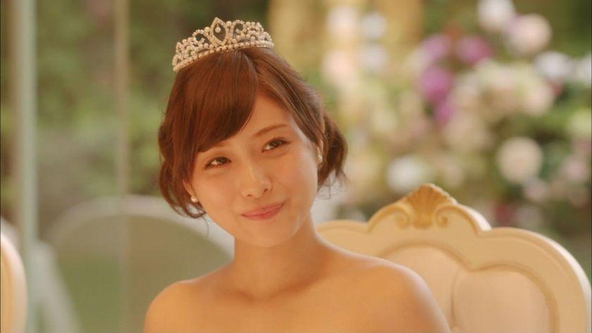 引用:http//east1274.com/. 後ろでカールさせてまとめている髪が真正面から見ると、両サイドからふんわりと見えて可愛いですね。
