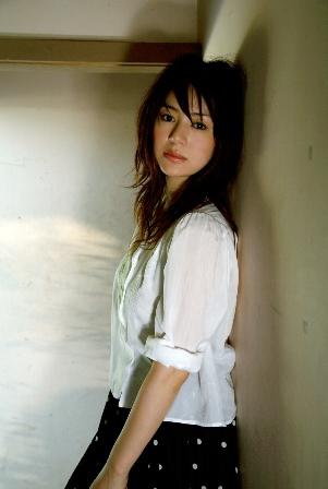 前髪から毛先まで美しく繋げるセットが井川遥さんの髪型(ヘアスタイル)の鉄則です。
