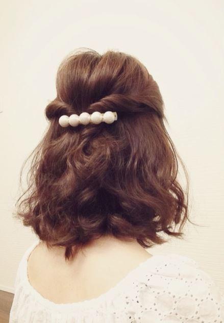 【ミディアムヘア】のためのお呼ばれヘアスタイル♡50選 で紹介している画像