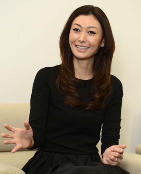 インタビューに答える女優の田丸麻紀さん