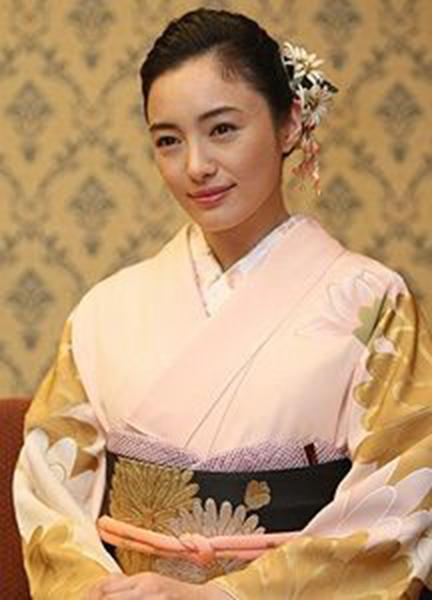 桜色でまとめた仲間由紀恵さん
