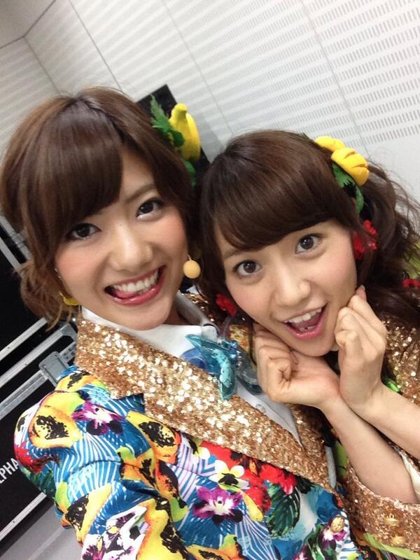 トロピカルな衣装に身を包み、大島優子さんとはしゃぐAKB48時代の宮澤佐江
