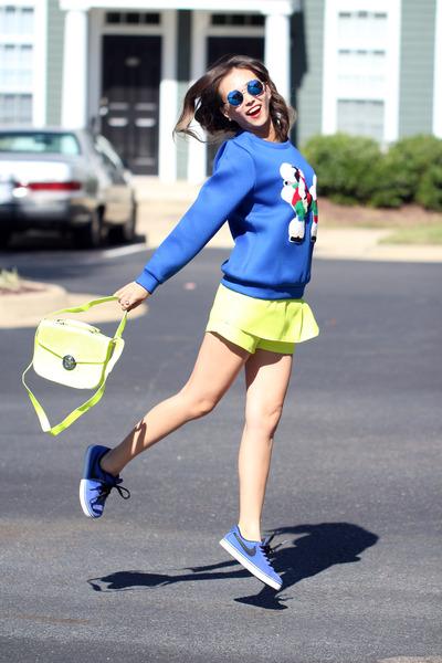 yellow-queenhorsfall-closet-shorts-blue-nike-sneakers_4001