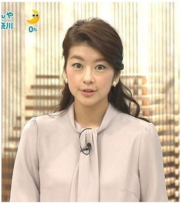 ベージュのシャツを着てハーフアップにまとめた髪でニュースを読むアナウンサー、生野陽子